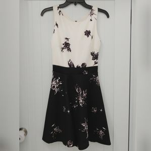 Like new 2 tone dress w cute floral design